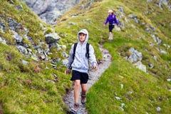 Caminantes en la montaña foto de archivo libre de regalías