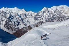 Caminantes en la montaña Fotografía de archivo