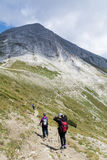 Caminantes en la montaña de Pirin, Bulgaria Foto de archivo