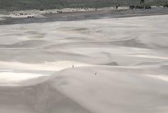 Caminantes en las dunas de arena Foto de archivo