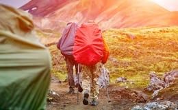 Caminantes en las montañas Imagenes de archivo