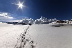 Caminantes en las montañas de la nieve Imagenes de archivo