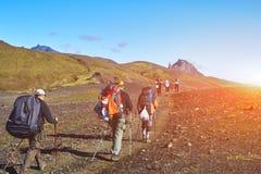 Caminantes en las montañas, Islandia Imagen de archivo libre de regalías