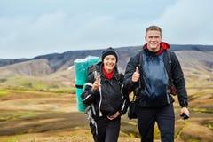 Caminantes en las montañas, Islandia de los pares Imágenes de archivo libres de regalías