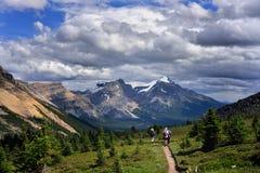 Caminantes en montañas de las montañas rocosas Imágenes de archivo libres de regalías
