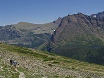 Caminantes en rastro de montaña Fotografía de archivo libre de regalías
