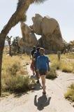 Caminantes en un viaje largo Fotos de archivo