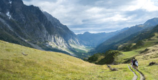 Caminantes en Val Ferret Imagenes de archivo