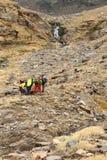 Caminantes en viaje en las montañas de Sierra Nevada Imagenes de archivo