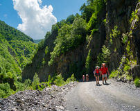 Caminantes jovenes que emigran en Svaneti, Imagen de archivo