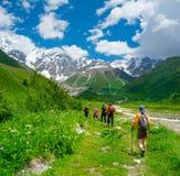 Caminantes jovenes que emigran en Svaneti Imagen de archivo libre de regalías