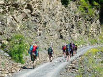 Caminantes jovenes que emigran en Svaneti, Imagen de archivo libre de regalías
