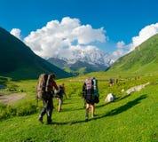 Caminantes jovenes que emigran en Svaneti Foto de archivo