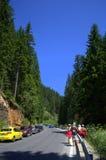 Caminantes ocupados del camino de la montaña Fotos de archivo libres de regalías