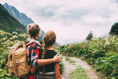 Caminantes que caminan a las montañas Fotos de archivo libres de regalías