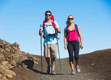 Caminantes que disfrutan del paseo en rastro de montaña asombroso Imagen de archivo