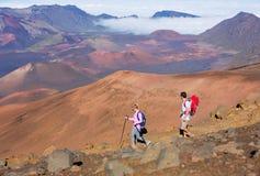 Caminantes que disfrutan del paseo en rastro de montaña asombroso Fotografía de archivo