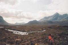 Caminantes que pasan a través de un campo hermoso fotografía de archivo libre de regalías