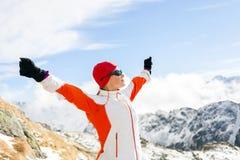 Caminar éxito, mujer en montañas del invierno fotografía de archivo libre de regalías