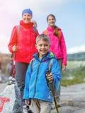Caminar al muchacho en las montañas Imagen de archivo libre de regalías