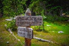 Caminar direcciones en montañas rocosas Foto de archivo libre de regalías
