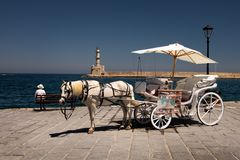 Caminar el carro a través de la ciudad de Rethymnon crete Grecia fotografía de archivo