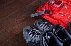 Caminar el equipo: botas de la mochila y del senderismo en los tableros de madera Imagenes de archivo