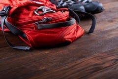 Caminar el equipo: botas de la mochila y del senderismo en los tableros de madera Foto de archivo libre de regalías