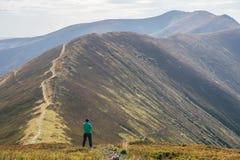 Caminar el hombre, el escalador o al corredor en montañas, paisaje inspirado del rastro Caminante motivado que mira Mountain View Fotografía de archivo libre de regalías