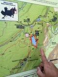 Caminar el mapa en el parque de estado de Minnewaska Imágenes de archivo libres de regalías