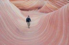 Caminar el monumento nacional de los acantilados bermellones de la onda Fotos de archivo libres de regalías