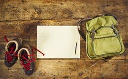 Caminar el papel de la mochila del tablero de madera de las botas imagen de archivo