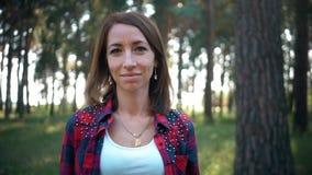 Caminar el retrato de la mujer de la persona feliz de la hembra al aire libre durante alza en bosque metrajes
