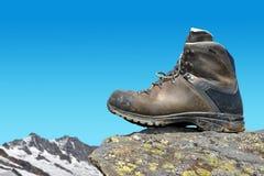 Caminar el zapato en la roca Foto de archivo libre de regalías