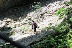 Caminar a Guy Climbs Uphill Despite Fatigue fotografía de archivo libre de regalías