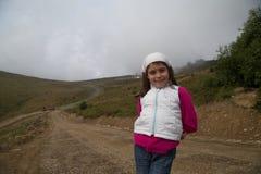 Caminar a Hood Young Girl Fotografía de archivo libre de regalías