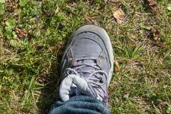 Caminar la bota en hierba Fotografía de archivo libre de regalías