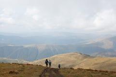 Caminar la montaña Imágenes de archivo libres de regalías