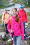 Caminar a la muchacha en las montañas Imágenes de archivo libres de regalías