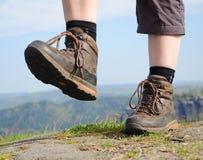 Caminar a la mujer con las botas Imágenes de archivo libres de regalías