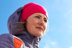Caminar a la mujer sonriente joven con el cielo azul en fondo Viaje Eslovenia, Europa Deporte y actividades de invierno útil fotos de archivo libres de regalías