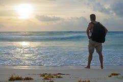 Caminar la playa en la salida del sol Imágenes de archivo libres de regalías