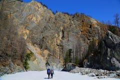 Caminar la ruta a la garganta del blanco Irkut del río Imagen de archivo