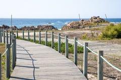 Caminar la trayectoria de la madera en costa Fotografía de archivo