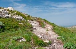 Caminar la trayectoria en el macizo montañoso de Chatyr-Dah, Crimea imagen de archivo libre de regalías