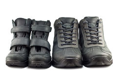Caminar las botas adulto y los zapatos de los niños Imágenes de archivo libres de regalías