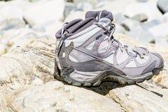 Caminar las botas que se colocan en las piedras Fotos de archivo libres de regalías