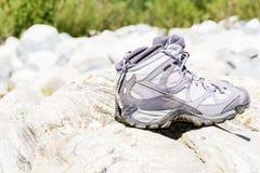 Caminar las botas que se colocan en las piedras Fotografía de archivo libre de regalías