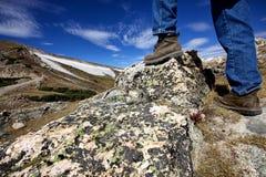 Caminar las montañas Imágenes de archivo libres de regalías