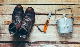 Caminar los accesorios, botas, cuchillo, platos Concepto del descubrimiento de la aventura de Bushcraft de la supervivencia Foto de archivo